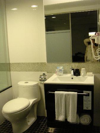 Hotel 73: Clean & bright bathroom