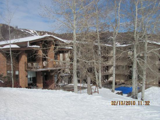 Snowmass Mountain Chalet: The hotel from outside before skiing down