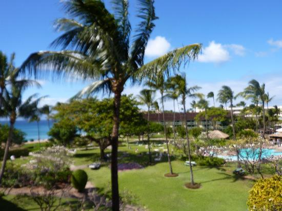 Ka'anapali Beach Hotel: View from our room of the ground and ocean