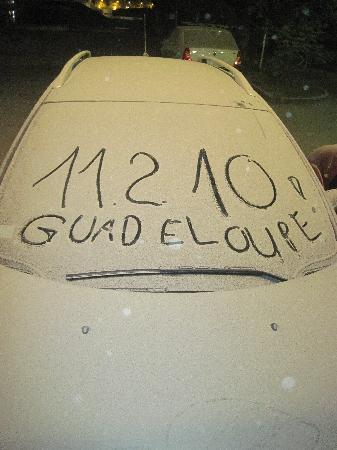 Pointe-à-Pitre, Guadeloupe: Asche-Regen auf Auto