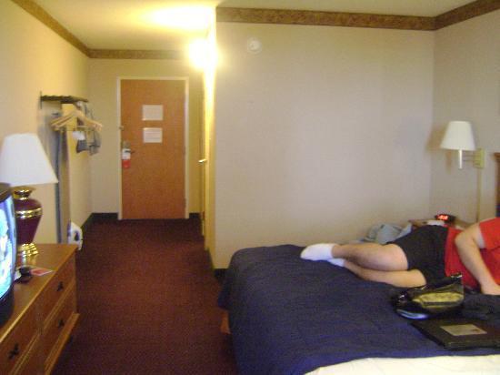 Ramada by Wyndham West Atlantic City: Edge of bed and hallway