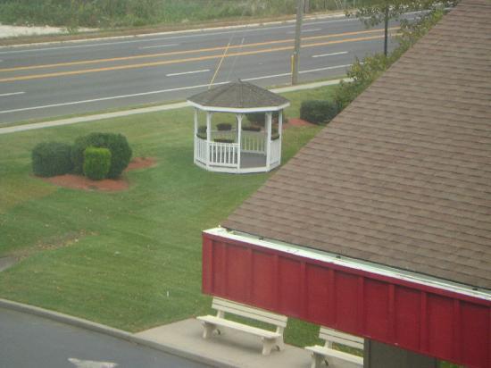 Ramada by Wyndham West Atlantic City: Gazebo on the lawn of Hotel