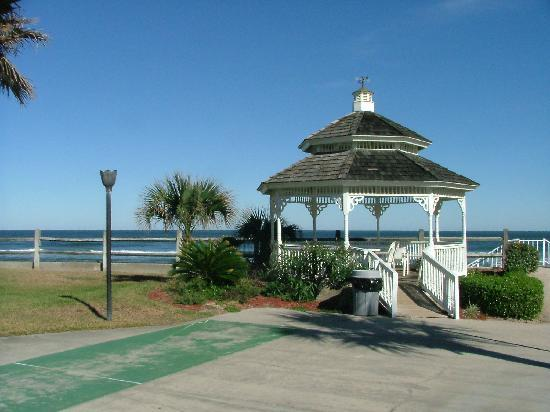 Coral Sands Inn & Seaside Cottages Ormond Beach: Gazebo in Front of the Cottage