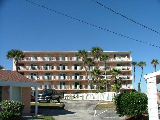 Coral Sands Inn & Seaside Cottages Ormond Beach: Coral Sands Motel next door to cottages