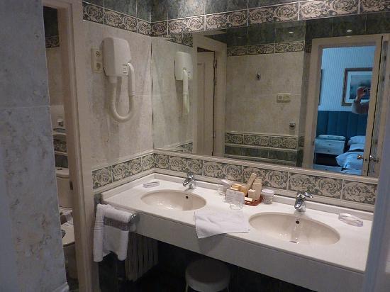 Hotel Atlantico: Bathroom view 1