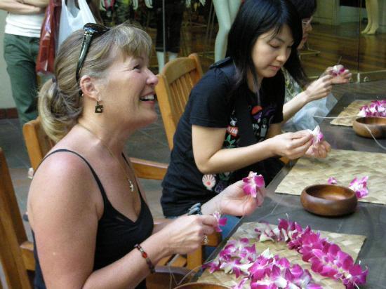 Hyatt Regency Waikiki Resort & Spa: lei making on Fridays