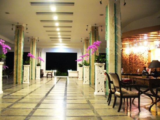 The DreamLand Luxury Villas & Spa: Reception area at night