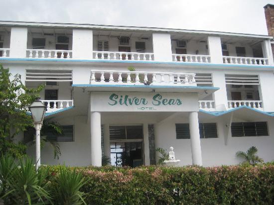 Silver Seas Resort Hotel: Spectacular View Behind Entrance