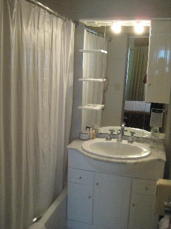 Conquistadores Hotel & Suites: Bathroom