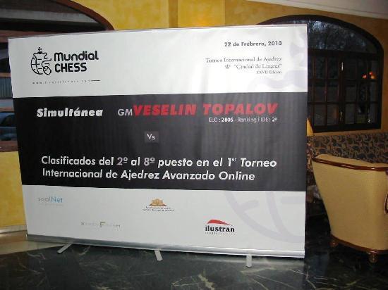 Hotel RL Aníbal: Cartel de la simultánea de MundialChess en el hall del Hotel Aníbal