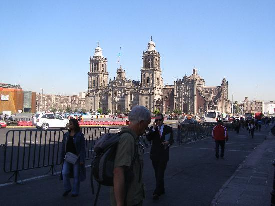 Hotel Gillow: Church near Zocalo