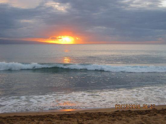 Honua Kai Resort & Spa: The beach at sunset.