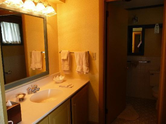The Sparhawk Oceanfront Resort: Vanity area outside the bathroom