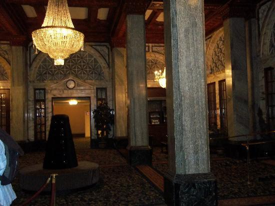 Hotel Whitcomb: Beautiful entry and lobby.