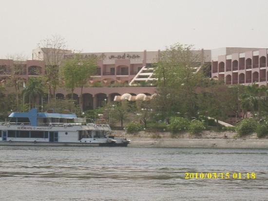 Pyramisa Isis Island Resort & Spa: Hotel Frontage from the jetty