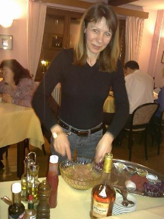 Osteria Dama: Pascal che prepara la Tartare