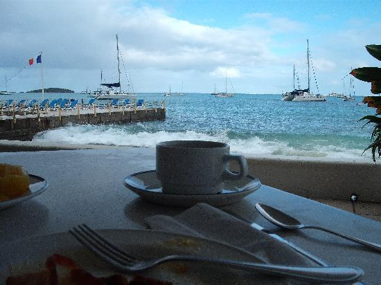 Le Beach Hôtel: enjoying breakfast ...
