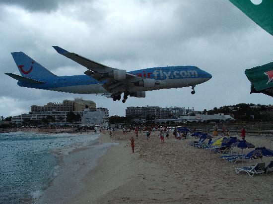 Le Beach Hôtel: plane landing at Maho
