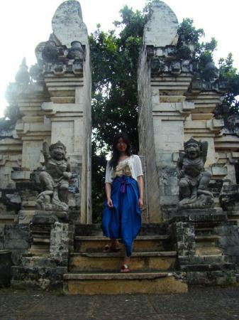 Uluwatu Tempel: At Uluwatu Temple. Women who wear shorts have to cover their legs to enter the temple.