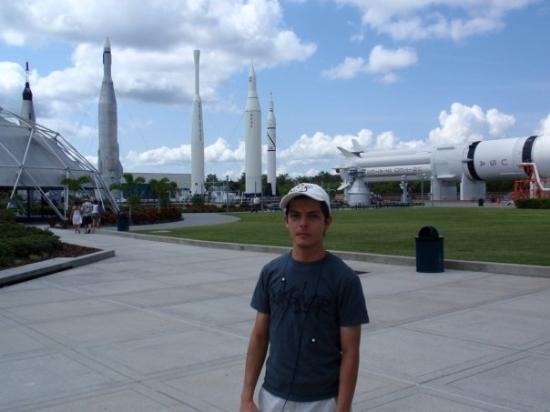 NASA Kennedy Space Center Visitor Complex: Algunos cohetes ke fueron usados por la NASA  se exhiben como monumentos para los visitantes
