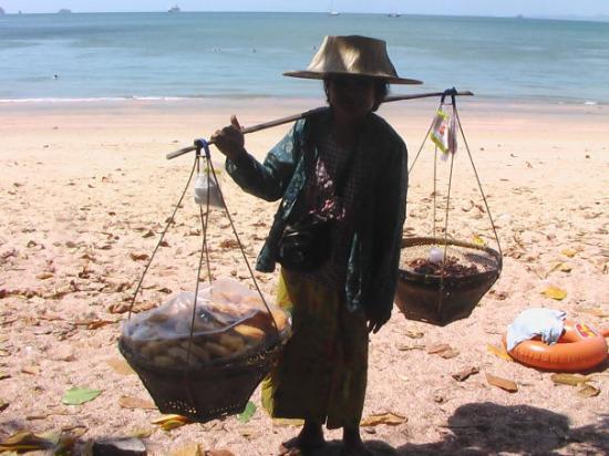 Krabi, Thailand: Gammel kone går på stranden Hver gang vi er der.