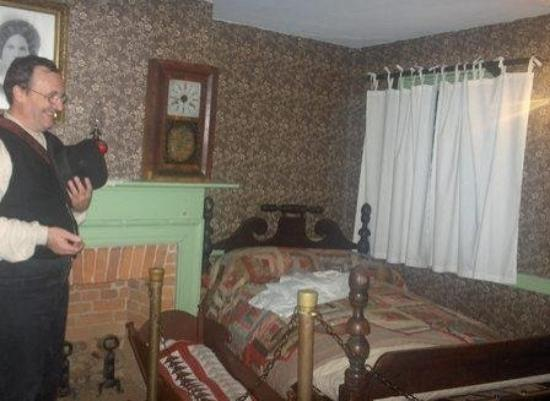 Jennie Wade House: The Tour Guide Next to Jennie's Sister's Bed