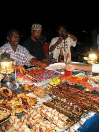 Zanzibar, Tanzania: Forodhani gardens al tramonto..................che buoni! immersi nel pili-pili.................