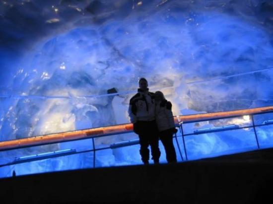 Zermatt, Sveits: Ice cave in Switzerland