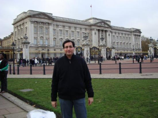 IN FRONT OF BUCKINGHAM PALACE,LONDON,ENGLAND