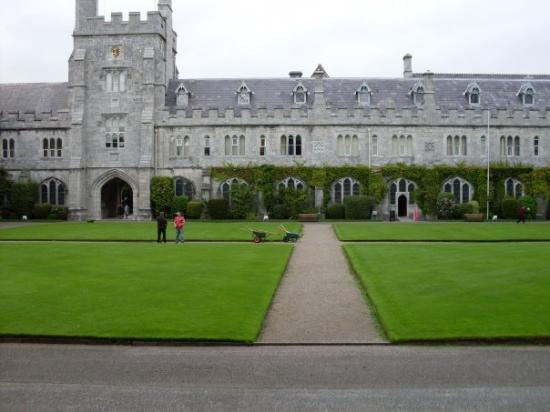 Cork, Irland: UCC Campus..the quad!!