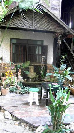 C&C Teak House: cour jardin avec tables pour manger