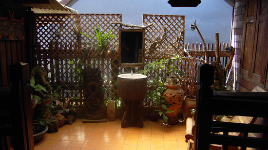 C&C Teak House: patio au premier étage avec lavabo