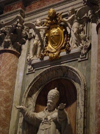Vatikanske museer: Detail of Pope Pius X's statue