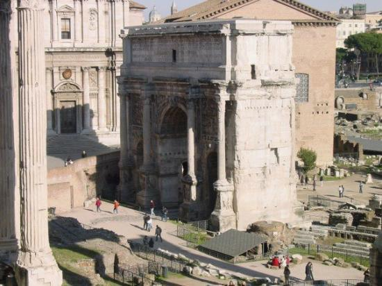 Palatine Hill: A view at the Arch of Septimius Severus