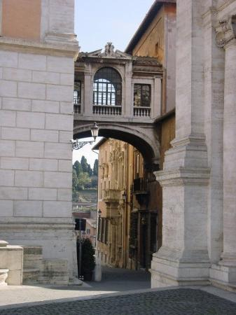 Roma, Italia: Between the three buildings at the Piazza del Campidoglio, there is a way to the Old City of Rom