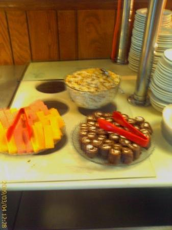 Metropolis, IL: Yes, those are Little Debbie Hoho's on the desert bar at the buffet...
