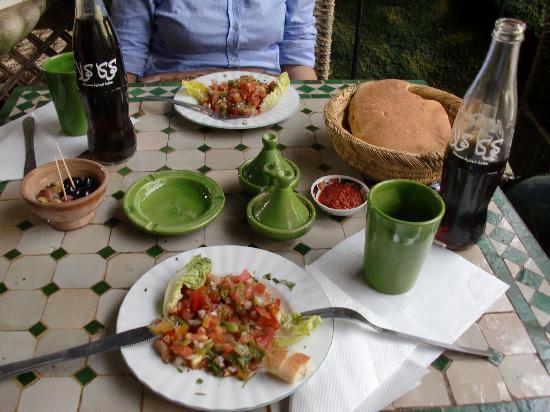 Riad 5 Sens: comida en restaurante