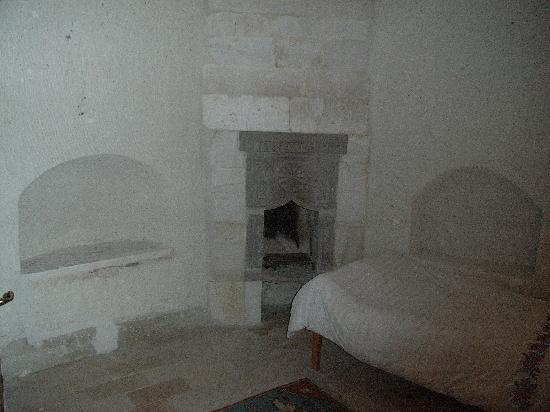 Spelunca Cave Suites: Habitacion con chimenea