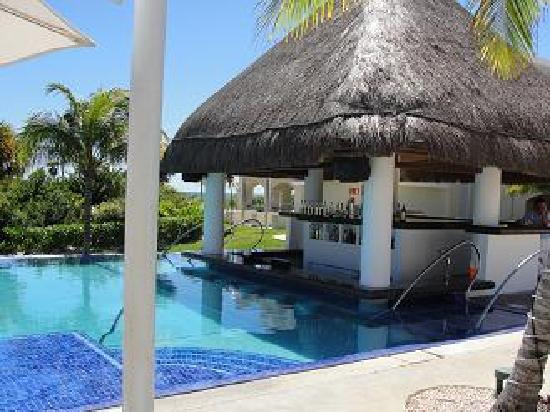 Moon Palace Cancun: Swim up bar