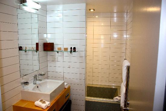 Swiss-Belsuites Pounamu Queenstown: Main bathroom in two bedroom apartment