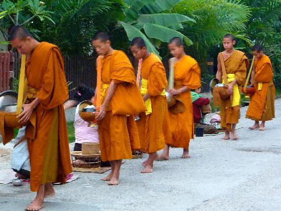 Hotel Villa Deux Rivieres: Monks gathering food for their day's meals in Luang Prabang