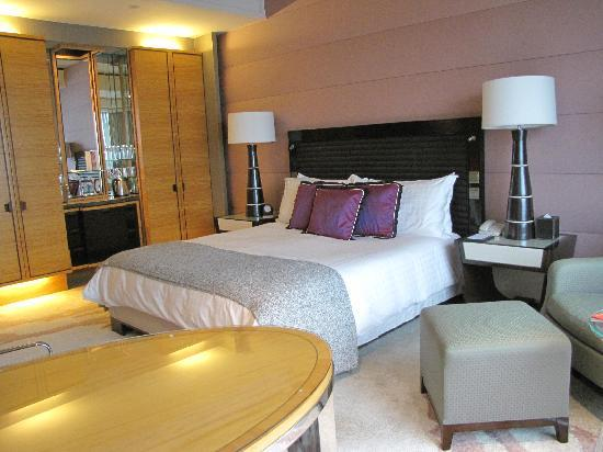 Four Seasons Hotel Hong Kong: Deluxe Harbour-View Room, Four Seasons Hong Kong