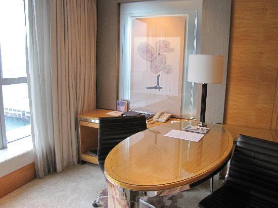Four Seasons Hotel Hong Kong: Writing Desk, Four Seasons Hong Kong