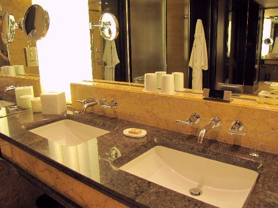 Four Seasons Hotel Hong Kong: Double Lavatories, T&B, Deluxe Harbour-View Room, Four Seasons Hong Kong