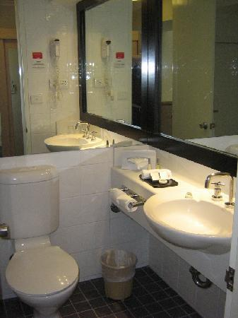 Travelodge Hotel Sydney Wynyard: Bathroom.
