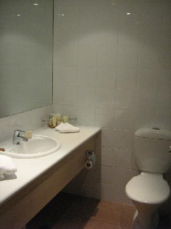Outback Pioneer Hotel & Lodge, Ayers Rock Resort: Bathroom.