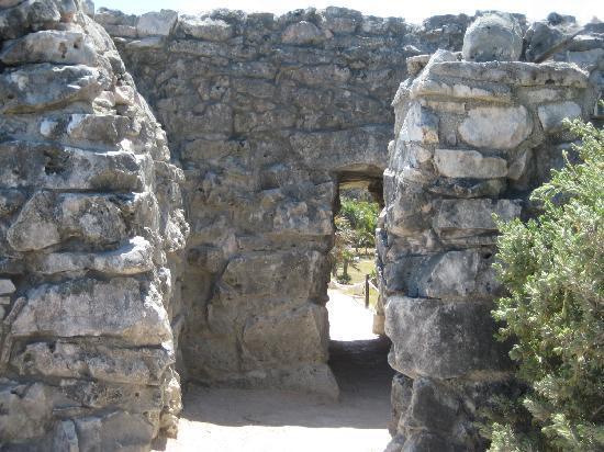 Tulum mayaruiner: ruins- short doorframe of the mayans