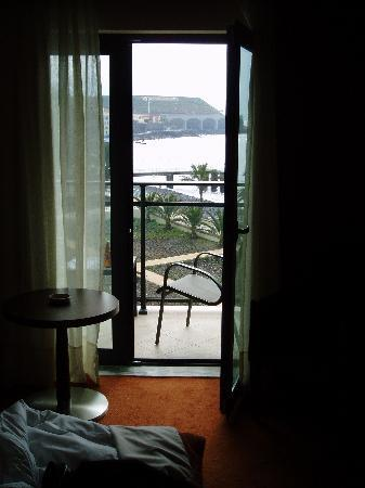 Vila Galé Santa Cruz: Die Start-, Landepiste vom Hotelzimmer aus gesehen.