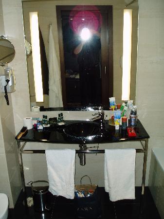 Vila Galé Santa Cruz: Badezimmer ohne Ablagemöglichkeiten. Moderner Minimalismus.