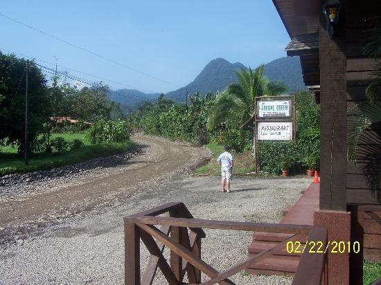 Arenal Green Hotel: Front of the restaurant and front office with a great view of Arenal Volcano